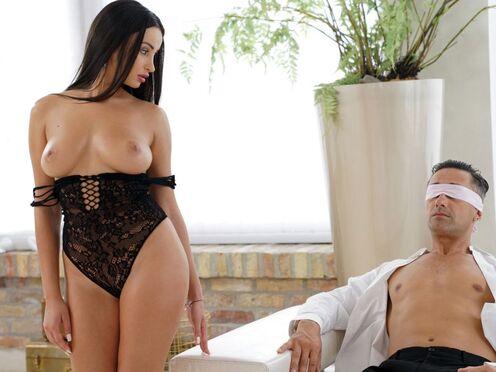 Очень красивая проститутка трахнулась с клиентом в бритую киску перед камерой
