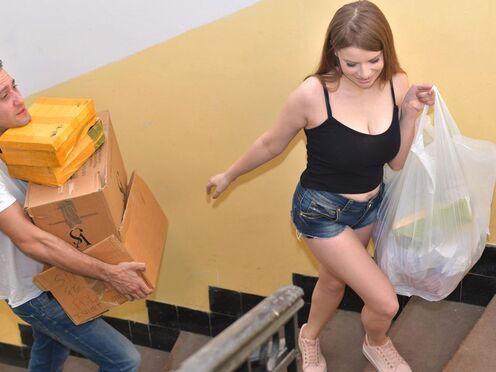 Помог грудастой девке донести покупки и трахнул большим членом в ротик