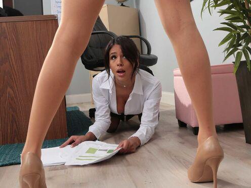 Начальница утешила сотрудницу лесби сексом на столе