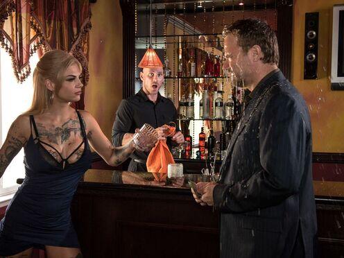 Случайно облила мужика алкоголем и потрахалась в пизду в баре