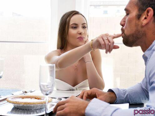 Дочь поздравила отца с днем Благодарения и трахнулась в киску на столе