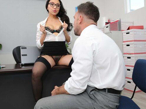 Секретарша в чулках трахается с начальником в узкую киску на рабочем столе