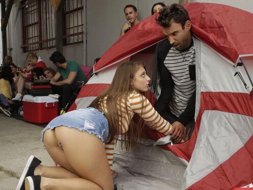 Девка потрахалась с мужиком в пизду в Черную Пятницу около торгового центра