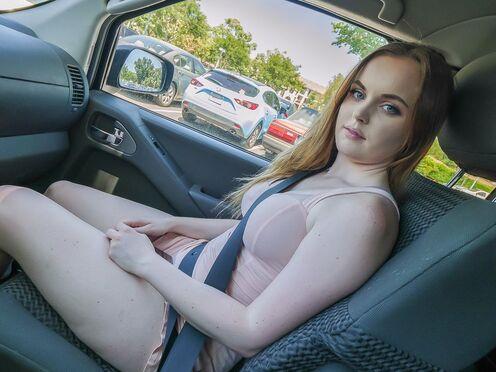Привез домой красивую девку и трахнул в бритую пизду перед камерой