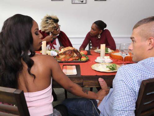 Негритянка привела парня к себе домой и устроила дикий секс на обеденном столе