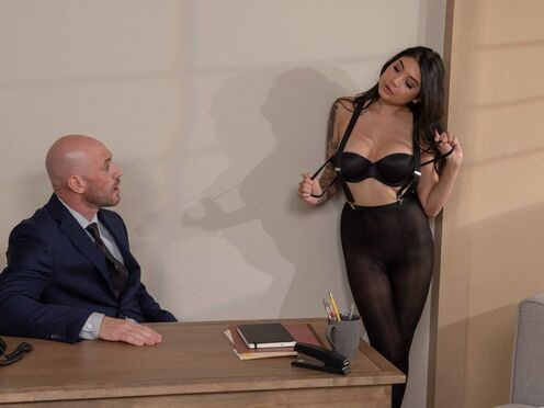 Татуированная секретарша делает минет и трахается с начальником в киску