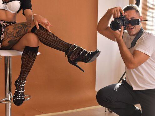 Фотограф кайфует от длинных ножек красивой модели и трахает ее в сочную киску