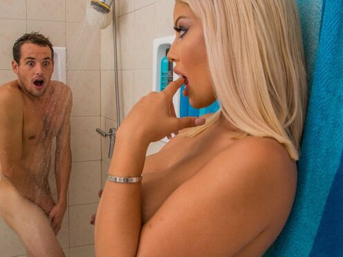 Блондинка приняла душ с парнем и красиво с ним потрахалась