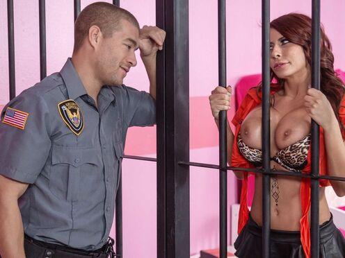 Полицейский ебал в тюрьме горячую дамочку