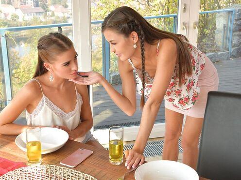Худые лесбухи трахались на столе вместо вкусного завтрака