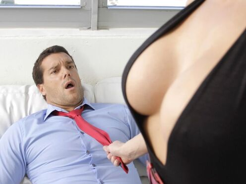 Секретарша совратила босса на секс и потрахалась на диване в киску