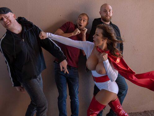 Супер Милф спасла мужика от бандитов и потрахалась в пизду на кровати
