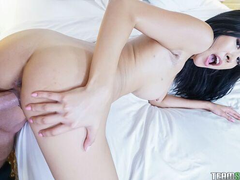 Активная азиатка красиво пружинит на горячем члене парня