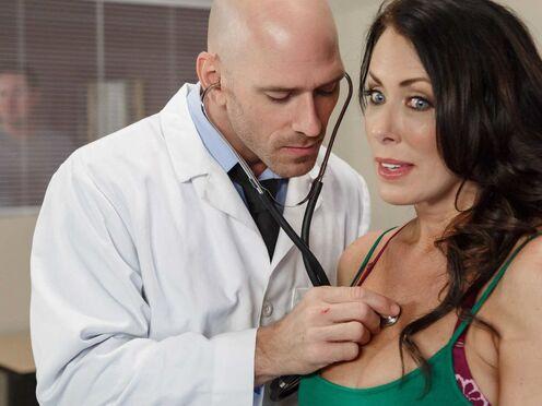 Зрелая милфа изменила мужу с доктором и потрахалась в киску в больнице