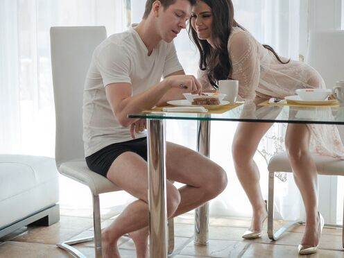 Вместо завтрака парень выебал горячую брюнетку