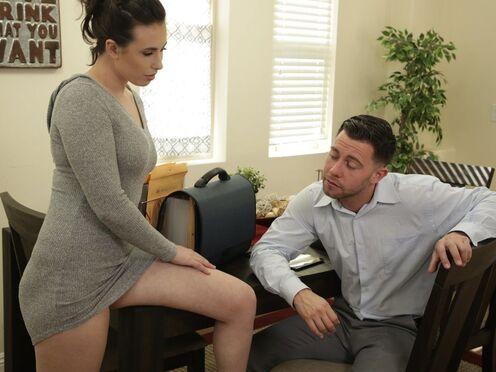 Телка сделала кузену эротический массаж и отдалась в киску