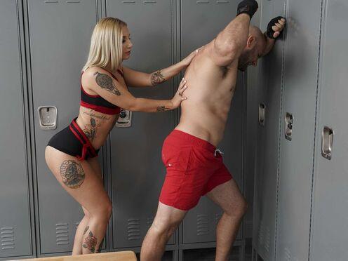Блондинка утешила спортсмена сексом перед боксом