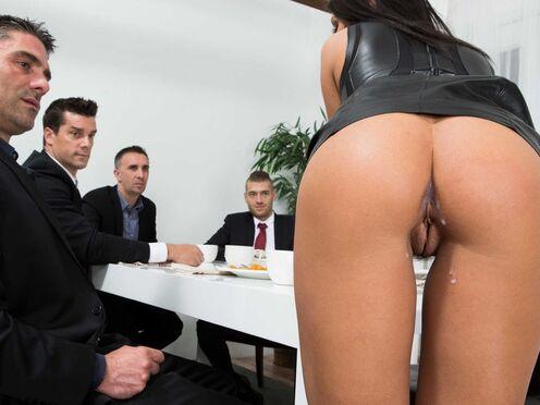 Телка отвлекла от деловых разговоров четверых мужиков и отдалась в попу