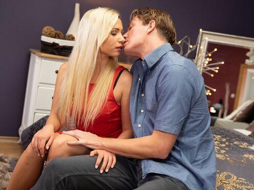 Трахнул блондинку в киску и наполнил ее спермой до самого края