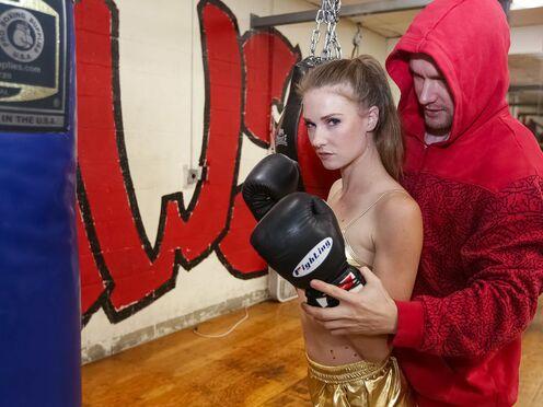 Тренер раздел молодую девку и трахнул в киску прямо на ринге