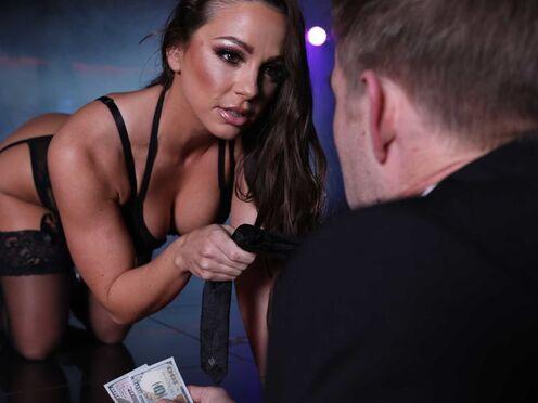 Стриптизерша обслужила богатого паренька и потрахалась в киску в VIP комнате