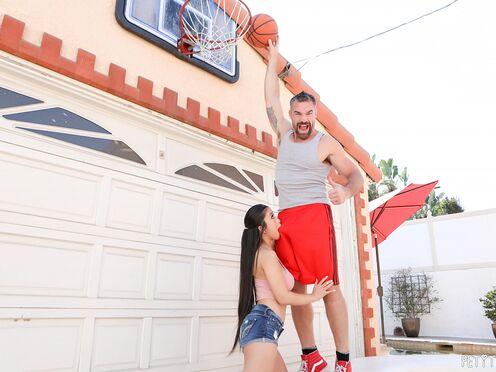 Азиатка с большими титьками трахается в киску со зрелым соседом