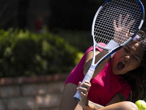 Татуированная брюнетка проиграла в теннис и потрахалась с мужиком в письку