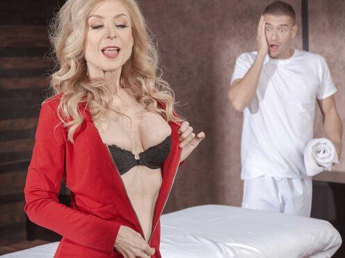Зрелая милфа потрахалась с массажистом в киску по самую матку