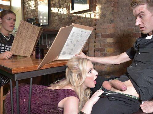 Мужик изменил жене и потрахал шлюшку в киску в ресторане