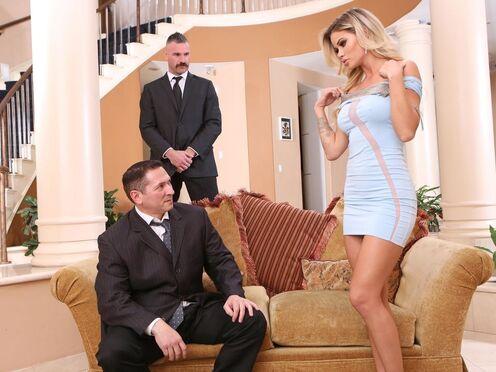 Мужики сняли блондинку и потрахали сучку большими членами на диване