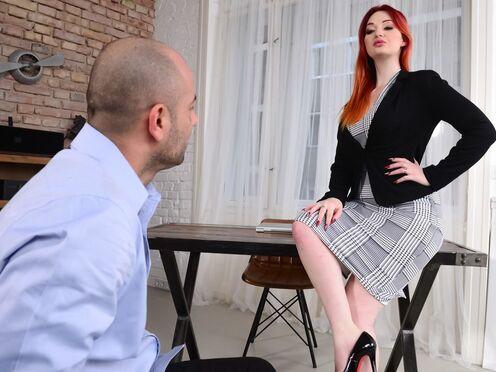 Начальница с большими титьками трахается с сотрудником в киску на работе