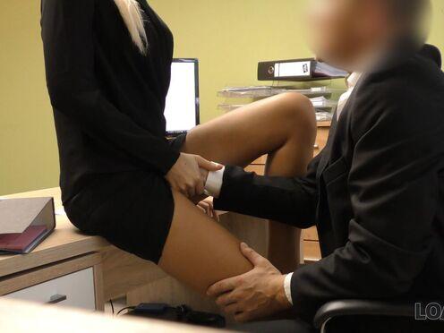 Секретарша трахается с начальником в пизду прямо в офисе во время рабочего дня