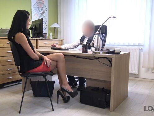 Брюнетка потрахалась с будущим начальником в киску, чтобы взял на работу