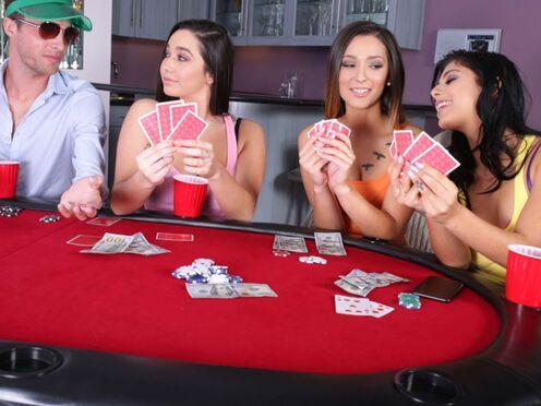 Поиграли в карты на раздевание и устроили групповой секс