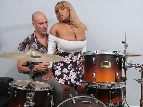 Толстая негритянка с большими дойками совратила музыканта на страстный секс