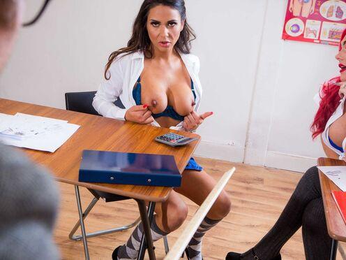 Развратная училка трахается со своим коллегой прямо в класе на рабочем столе