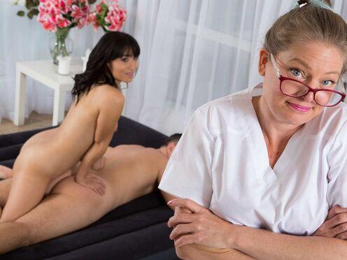 Массажистка совратила клиента на страстный секс на надувном матрасе