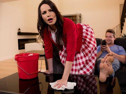 Грудастая соседка соблазнила парня и вдоволь натрахалась с ним в ванной комнате