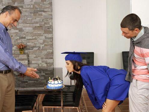 Выпускница успевает натрахаться с бойфрендом в туалете, пока отец этого не видит