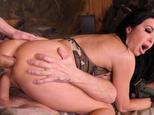 Военные мужики утоляют похоть, трахая все дырки грудастой милфы в два члена