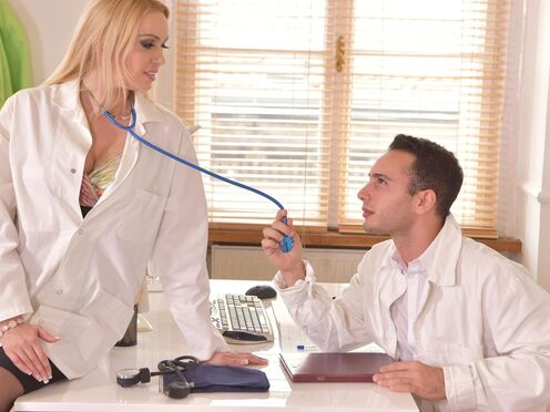 Белокурая медсестра совратила доктора и поебалась с ним в киску на столе