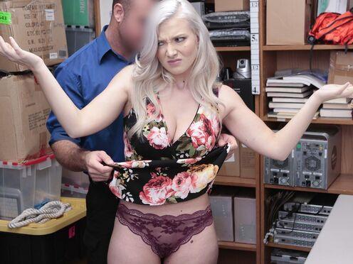 Охранник заставил блонду трахаться на столе