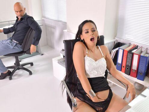 Телка дрочила в офисе и занималась анальным сексом с коллегой