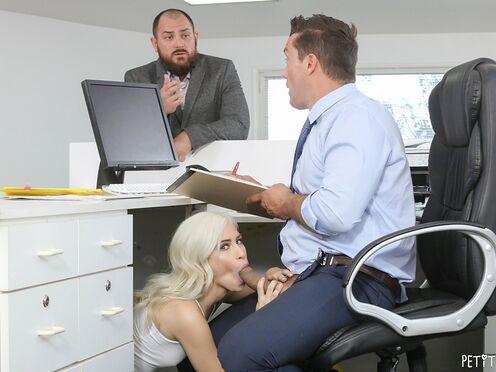 Мужик трахнул в офисе блондинку работающую электриком