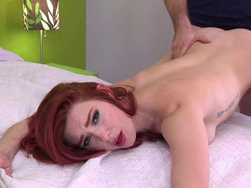Рыжая девка умылась спермой парня после горячего секса