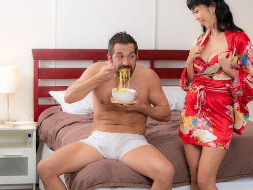 Услужливая азиатка делает отсос и резво прыгает на крепком стояке бородатого