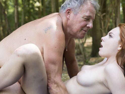 Дедушка совратил внучку на инцест и трахнул в киску без презерватива