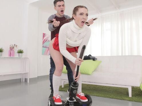 Игривая телочка стоит на гиро скутере и одновременно долбится с чуваком в киску