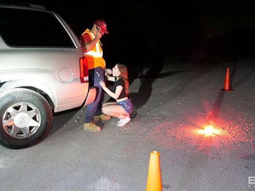 Вместо того, чтобы помочь девушке с машиной, чувак отодрал ее в киску