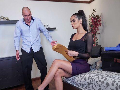 Брюнетка попробовала анальный секс с мужиком в номере отеля
